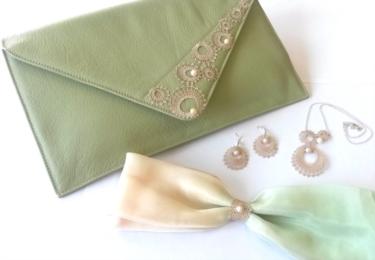 Psaníčko zdobené vambereckou krajkou a šperky od firmy Vamberecká kraj CZ