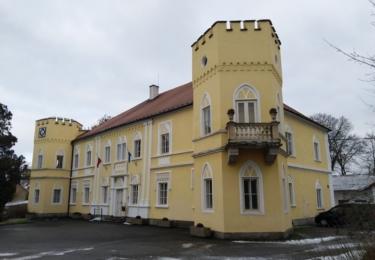 Zámek Petrovice a obecní úřad