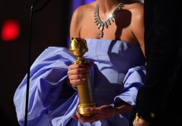 Lady Gaga třímá trofej za nejlepší song, foto Golden Globe