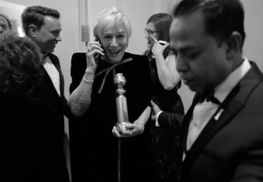 Glenn Close telefonuje bezprostředně po výhře, foto Golden Globe