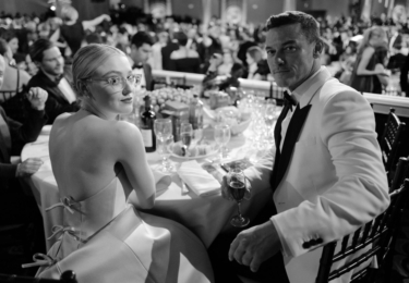 Dakota Fanning a Luke Evans při reklamní pauze, foto Golden Globe