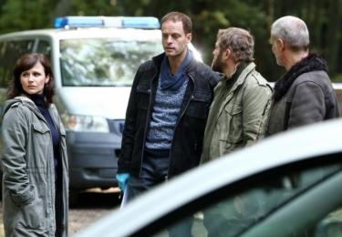 Temný kraj: Odborník na sériové vraždy Petr Kraj (Lukáš Vaculík) odjíždí odpočívat na venkov. Zde přijde na spojitost mezi svými rozdělanými případy v Praze a vraždami žen na venkově.