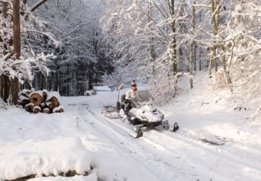 Místostarosta Jiří Stodůlka upravil na sněžném skútru čtyři okruhy běžkařských stop, foto Frýdlant