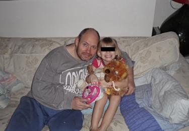 Tyto fotografie sdílel, jak stojí v článku, pan Žiška na Facebooku skupiny. Ukazuje zde, že jeho dcera je šťastná a spokojená.