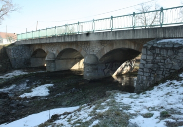 Most v době filmování ještě nestál