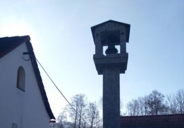 Zvon, který ve filmu oznamoval úmrtí stále stojí