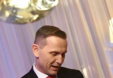 Soukupovy padesátiny: Magnát a nově i politik si zálibně prohlíží dárek od prezidenta, foto Facebook
