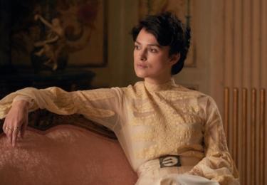 Sidonie-Gabrielle Colette se postupně mění, od dlouhých vlasů v copech po femme fatale, až po krátký účes a téměř mužské oblečení. Keira Knightley prakticky nesleze z plátna a ostudu si neudělala. Foto Bioscop