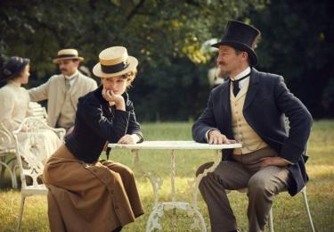 Colette: Příběh vášně. Keira Knightley a její muž Willy, Dominic West, který předstírá, že je spisovatel, ve skutečnosti za něj píší ´jeho´díla tak zvaní ghost writteři; později i jeho žena. Foto Bioscop