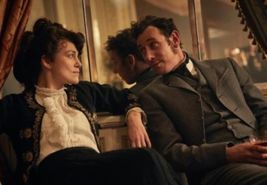 Colette: Příběh vášně. Keira Knightley a její muž Willy, Dominic West, který předstírá, že je spisovatel, ve skutečnosti za něj píší ´jeho´díla tak zvaní ghost writteři; později i jeho žena. Na snímku Keira s jedním takovým spisovatelem. Foto Bioscop
