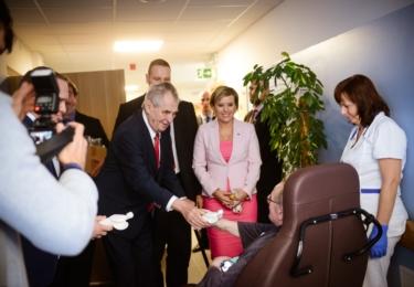 Prezident s hejtmankou u seniorů: Miloš Zeman na Karlovarsku, den první