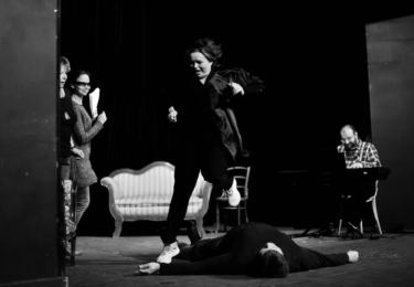 V Divadle Na Jezerce se zkoušela inscenace Je úchvatná! v režii Jana Hřebejka s Jitkou Sedláčkovou v hlavní roli. Dále hrají Libuše Švormová, Jan Hrušínský...