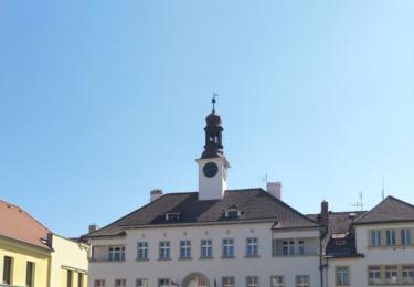 Náměstí v Rožmitále. V pozadí radnice