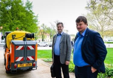 Náměstek pro oblast dopravy a životního prostředí Michal Vozobule před strojem firmy Kärcher MC130. Foto město Plzeň / Martin Pecuch