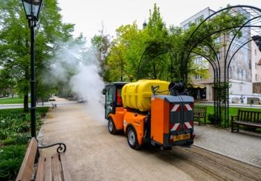 Stroj firmy Kärcher MC130 v akci. Foto město Plzeň / Martin Pecuch
