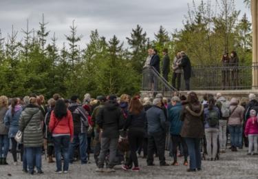Zahájení lázeňské sezóny v Karlových Varech: Na Goethově vyhlídce byli představitelé města a další významné osobnosti