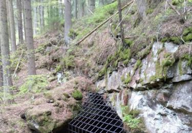 Zabezpečený vstup do jeskyně u Cudrovic