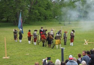 Mušketýři Alt Starhemberg - to je skupina historického šermu a vojenství Alt-Starhemberg Olmütz; vypadá to velmi zahraničně, ale pocházejí z Olomouce