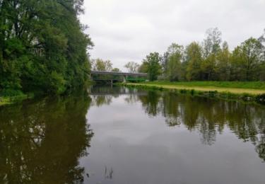 Řeka Lužnice u říčních lázní, v pozadí silniční obchvat města