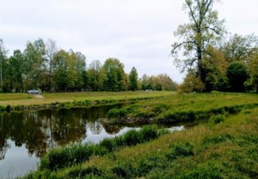 Soutok Lužnice a Bechyňského potoka. Lázně stály nad potokem a ostrůvkem
