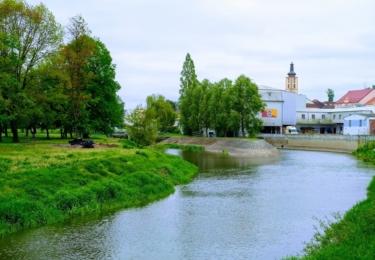 Pohled od říčních lázní k městu