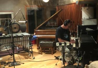 Záběry ze Zornova studia na jeho FB mimo jiné dokládají, že John má jedny kalhoty, ale spoustu nástrojů. A na všechny hraje