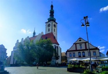 Před kostelem v Táboře se odehrálo několik scén