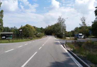 Silnice číslo 19, z Tábora do Pelhřimova u Zárybničné Lhoty. Zde vyjíždí vodník Jiří Hrzán na spanilou jízdu městem