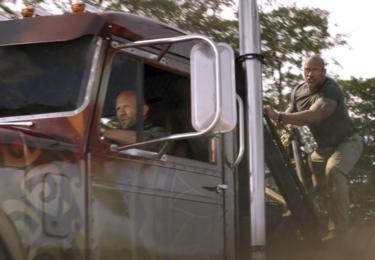 Dwayne Johnson, Jason Statham a Vanessa Kirby proti super padouchovi, kterého hraje Idris Elba. A byť se objeví i Helen Mirren, na další herecké honoráře moc dolarů nepadlo, ty se zužitkovaly na speciální efekty bitek a honiček