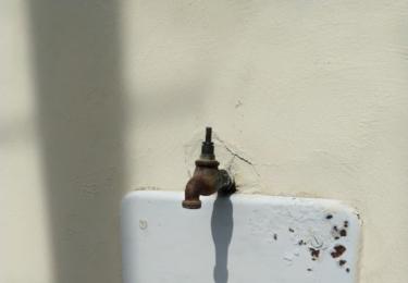 Staré umyvadlo v Osově, bohužel bez kohoutku