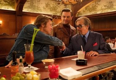 V blízkosti DiCapria a Pitta na jejich pouti nalezneme směsici skutečných i fiktivních postav v podání těch nejvybranějších herců současnosti: Al Pacino ztvárnil Marvina Schwarzse, hereckého agenta ve výslužbě, kterému učarovaly italské westerny.