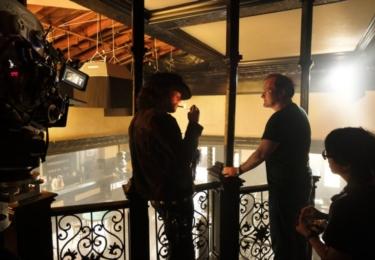 V příběhu, který se odehrává v roce 1969, Tarantino oživuje dobu, kdy se vše, USA, LA, hierarchie hereckých hvězd Hollywoodu a dokonce i filmy samotné, nacházelo v bodu zlomu a nikdo nevěděl, co bude dál.
