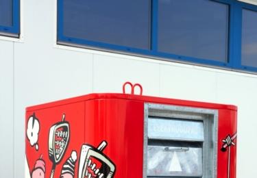 Návrh pro Hradec Králové, který je rodištěm Vladimíra Jiránka, znázorňuje Boba a Bobka, kterak nesou do kontejneru plný klobouk elektroodpadu.
