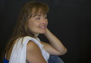 Nejpřesnější představu o tom, jak herečka doopravdy vypadá, ukazuje Facebook Divadla na Vinohradech, kde jsou i fota ze zkoušek - bez líčení, bez kostýmu...