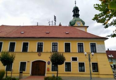 Obecní radnice s pamětní deskou na Terezu Stolzovou