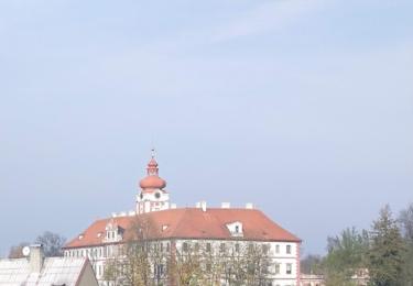 Pohled od kostela na zámek