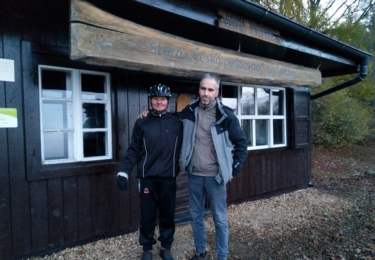 Pan Jiří jezdí ke Staré poštovně na kole každý den... Na snímku s autorem z Jetrichovic