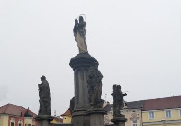 kašna a sousoší Panny Marie s barokními pískovcovými sochami