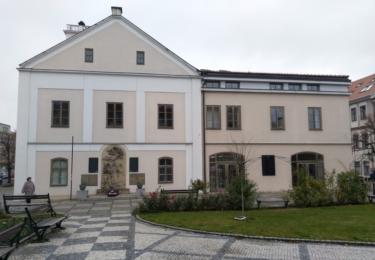 Radnice s památníkem