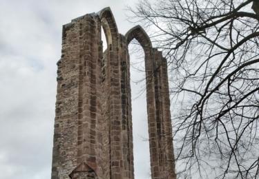 Na místě bývalého kláštera Nanebevzetí Panny Marie jsou vidět už jen zbytky kněžiště a dvě vysoká hrotitá okna, foto René Flášar