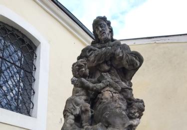 Socha svatého Floriána původně stála před kostelem sv. Mikuláše, v roce 2008 byla ale přesunuta na Masarykovo náměstí před kostel svaté Anny. Foto René Flášar
