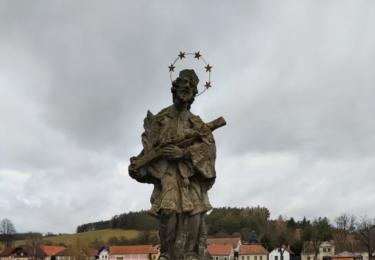 První písemná zmínka o obci pochází z roku 1383. Přesný rok založení Zvěstova ale není znám