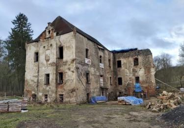 Zámek ve Zvěstově byl postaven na místě starší tvrze, pravděpodobně v roce 1541 Vidláky Radimovskými ze Slavkova. Dnes je z této památky ruina, které chybí část střechy, dveře i okna