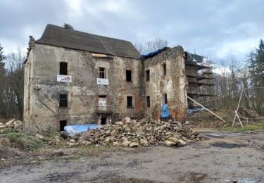 Dnešní vlastník zámku, obec Zvěstov, usilovně pracuje na jeho záchraně. Obec památku i s přilehlým zámeckým parkem koupila za korunu