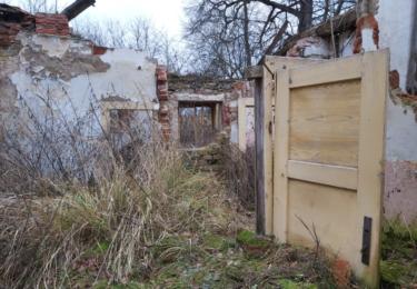 Hospodářské stavení staré Zitové byste dnes asi jen těžko poznali. Stojí několik stovek metrů před obcí Stádlec a mnoho zní nezbylo