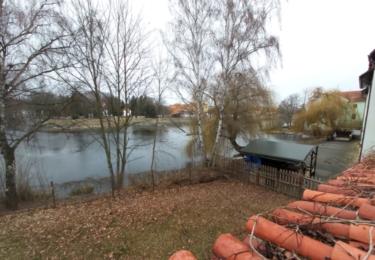 Místa, odkud Dana Medřická sledovala řeku i přicházejícího otce. Záběr je pořízen z okna domu na hradbách