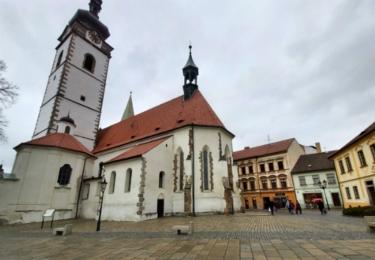 Ani u kostela se toho mnoho nezměnilo, jen dlažba je novější a domy mají obnovené fasády