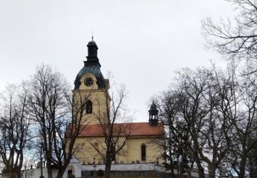 Kostel v Putimi se ve snímku objevuje hned několikrát