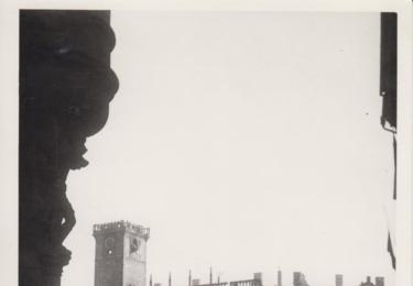 Vyhořelá Staroměstská radnice při pohledu z Dlouhé třídy. První pražské dny svobody na dosud nepublikovaných fotografiích z autorova archívu