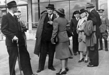 Jako poslankyně se Milada Horáková stala jednou z nejvýraznějších političek. Byla i předsedkyní Československé rady žen. Snímek z roku 1947, kde je Horáková v rozhovoru s ministrem zahraničí Janem Masarykem, zachycuje i tehdejší první dámu Hanu Benešovou